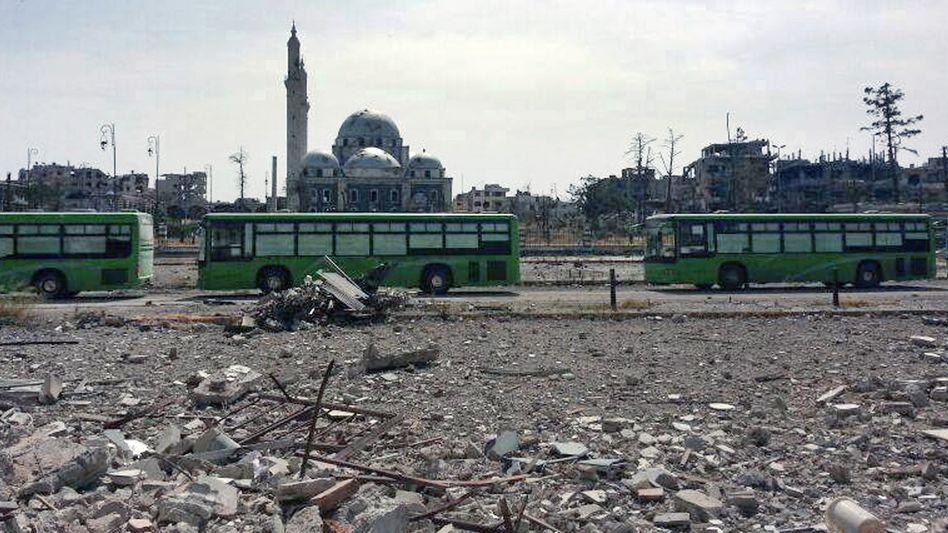 Busse mit Kämpfern (Archivbild): Schon früher konnten Rebellen abgezogen werden