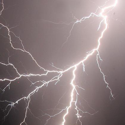 Entladungen über Freiburg (Archivfoto): Forscher setzen große Hoffnungen in künstliche Blitze