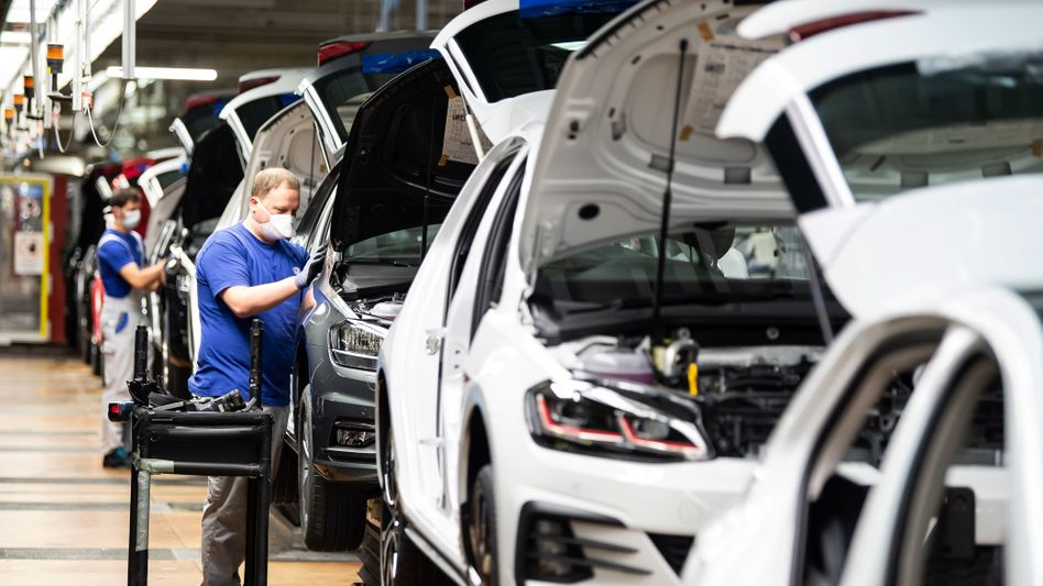 Fließbandarbeit bei Volkswagen in Wolfsburg: Die Autobranche ist ein wichtiger Entleiher von Zeitarbeitern