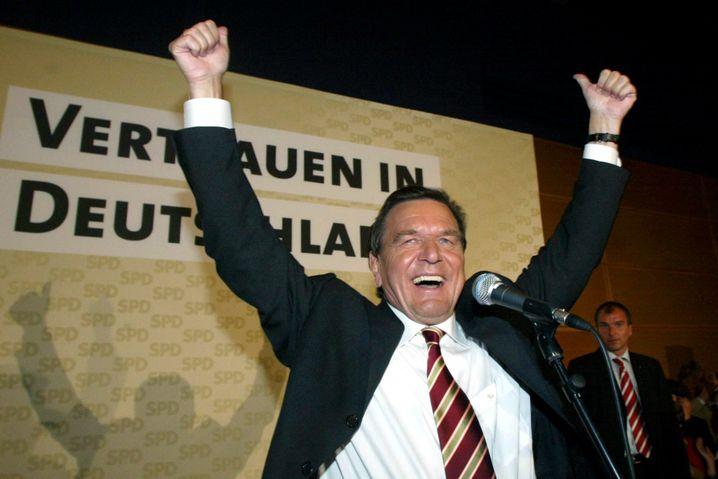 Schröder jubelt nach der Bundestagswahl 2005 - danach beerbte ihn Angela Merkel als Kanzlerin