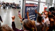 Trump-Anhänger belagern Wahllokal in Detroit