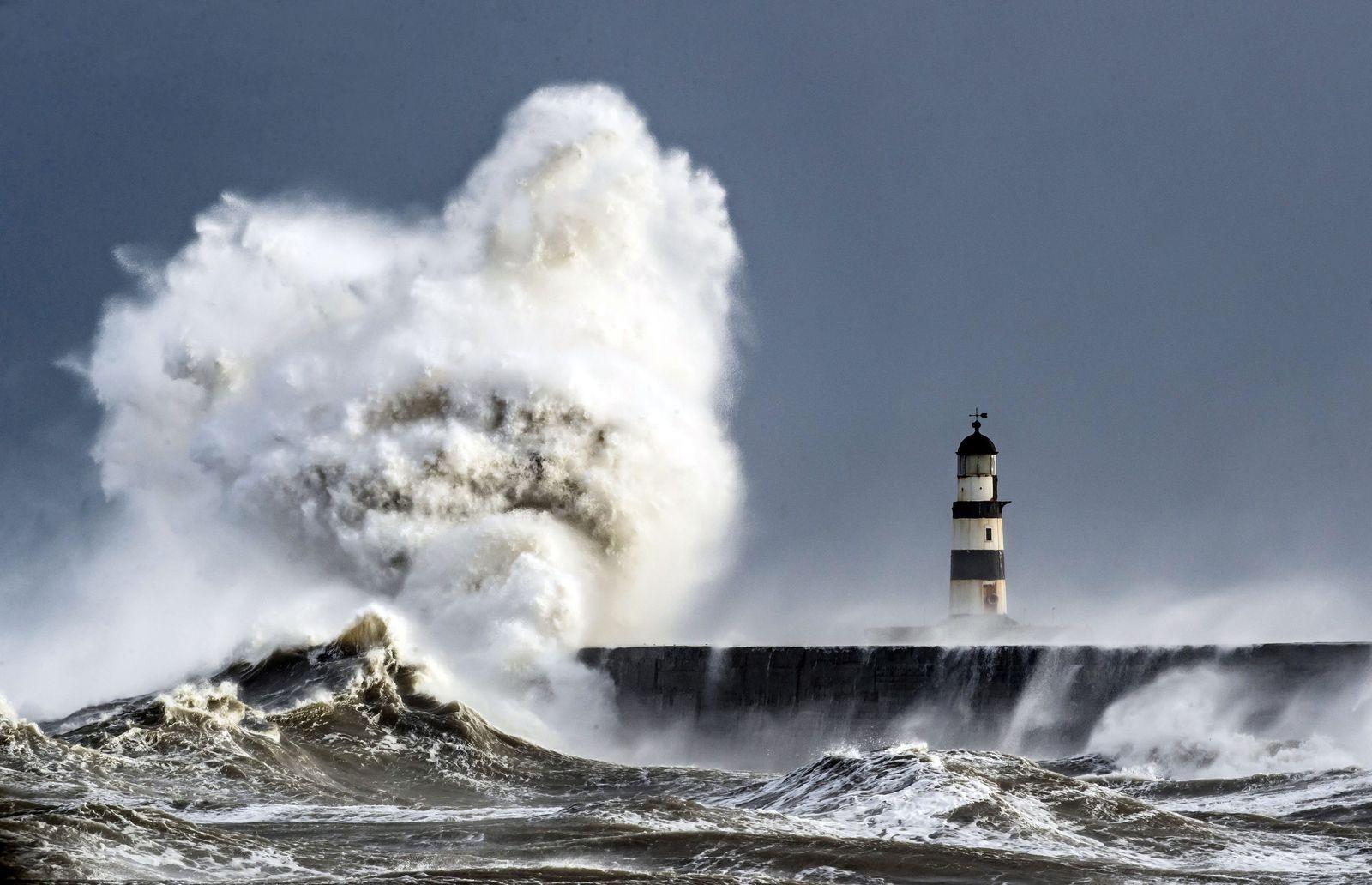 Wellen am Leuchtturm in Seaham Harbour