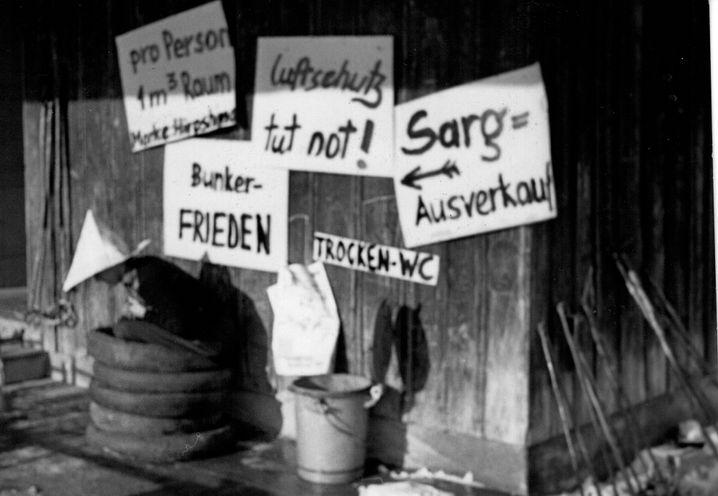 Minibunker und Sargverkauf, falls der Atomkrieg kommt: Aktion von Peter Grohmann 1961 im Zivildienst