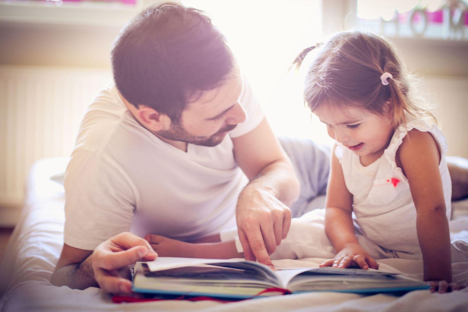 Einmalige Verwendung_Vater/ Tochter/ Kind/ lernen/ Buch