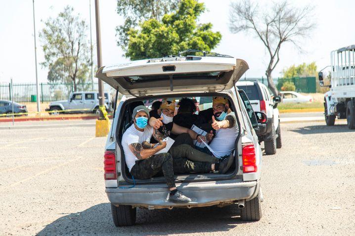 Junge Mexikaner freuen sich in der Grenzstadt Tijuana über den Johnson-&-Johnson-Impfstoff, den die USA gespendet hat