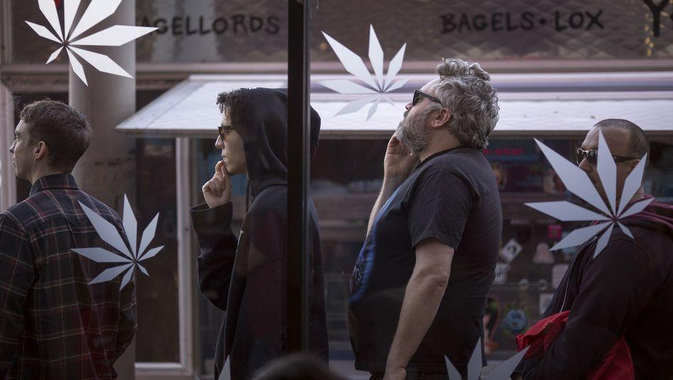 Cannabis-Kunden stehen in Los Angeles vor einem Marihuana-Shop Schlange