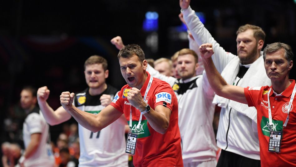 Bundestrainer Christian Prokop und seine Bank jubeln über einen Treffer beim EM-Auftakt