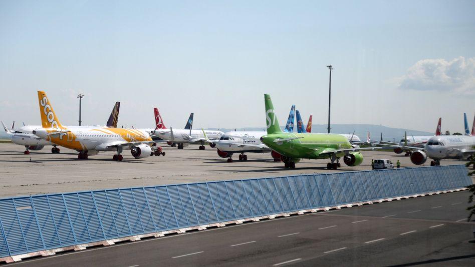 Geparkte Maschinen am Flughafen Erfurt-Weimar: Sollte nach Ansicht der Umweltschützer sofort geschlossen werden