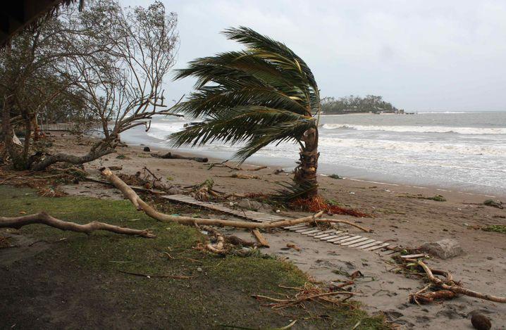 ... und solche Bilder sieht man jetzt: Strand der Hauptstadt Port Vila