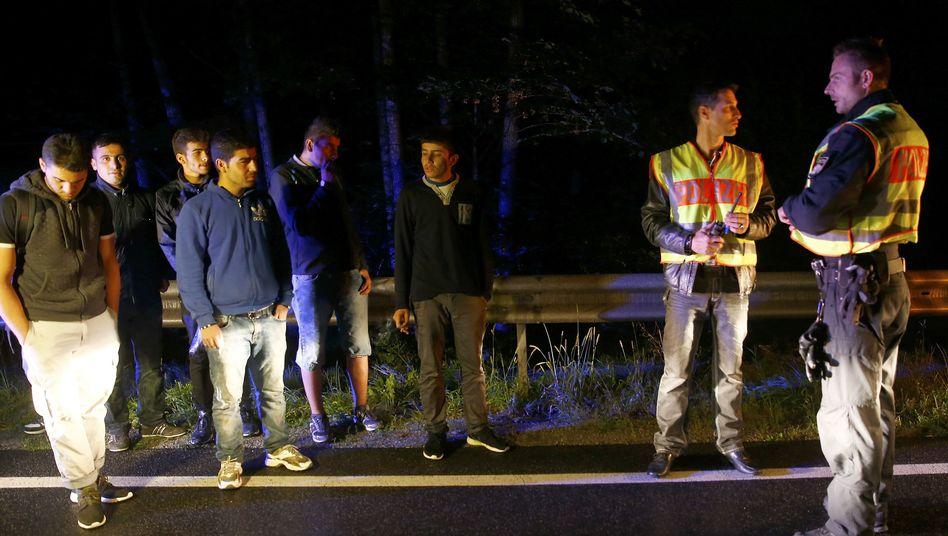 Polizist und Flüchtlinge nahe Passau (Archiv): Die Grenzen sind so gut wie dicht