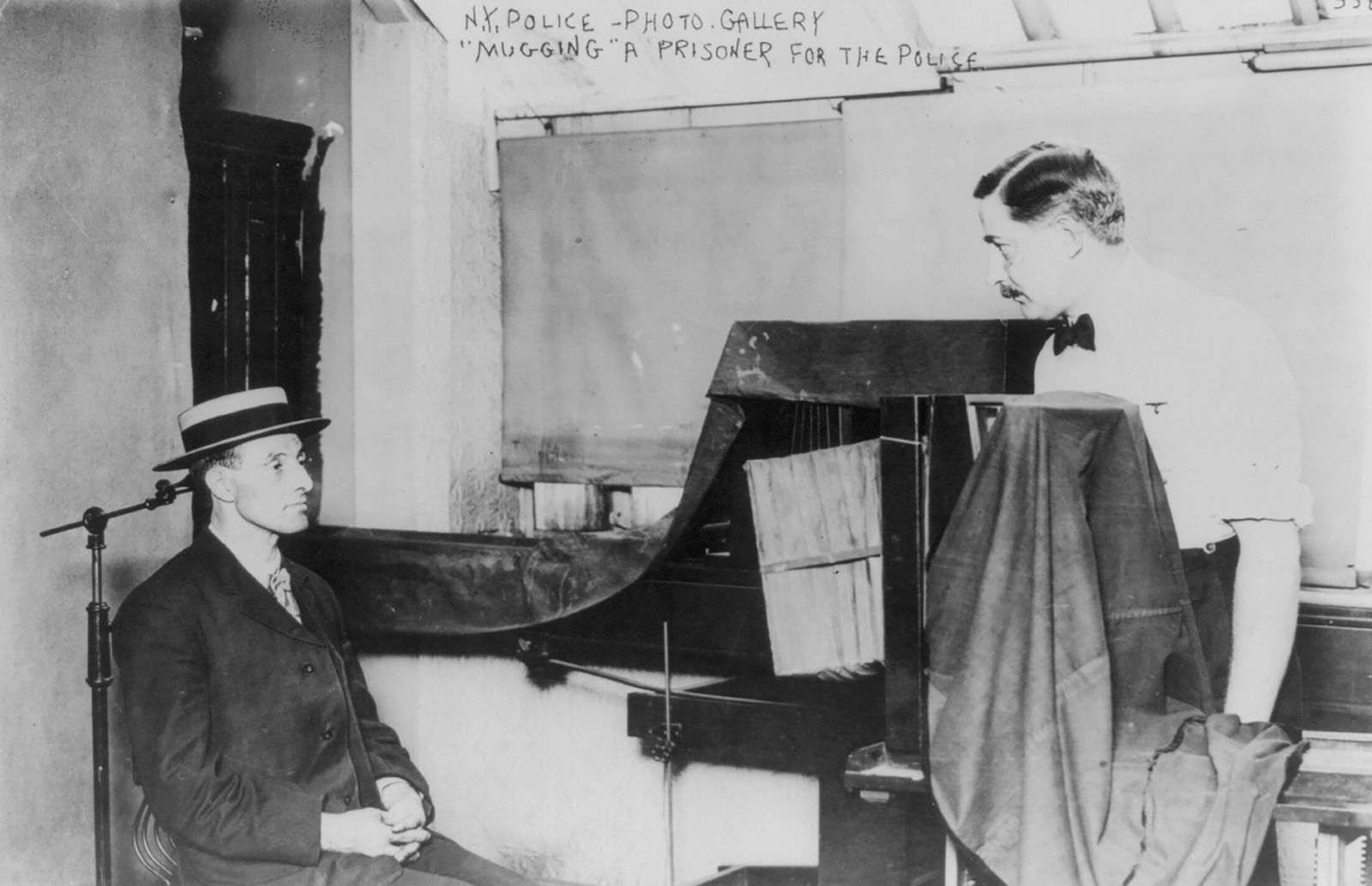 "Forensik - New York (City) Police Dept., 1909: taking ""mug"" photo of prisoner]"