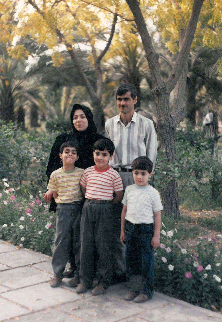 Alte Heimat: Die drei Brüder und ihre Mutter Madar im Teheran der achtziger Jahre