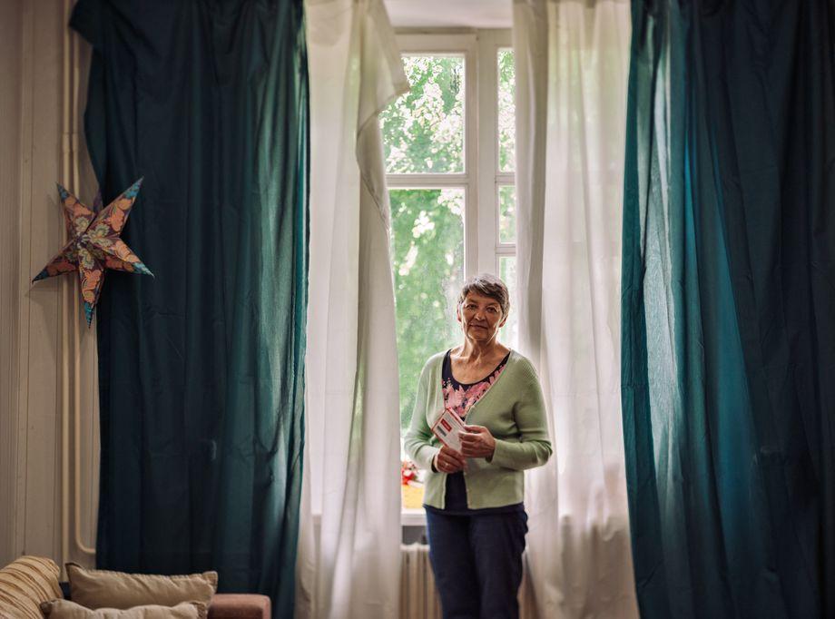 Tatjana Tolkatschewa, Mutter der Tut.by-Journalistin Jelena Tolkatschewa mit Briefen ihrer Tochter