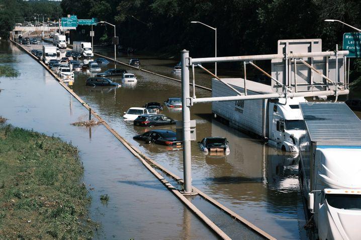 Im Stadtteil Bronx überfluteten die Regenmassen eine wichtige Stadtautobahn