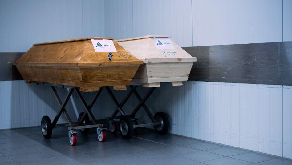 Särge von Covid-19-Verstorbenen in einem Krematorium in Dülmen