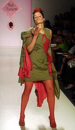 Modell Sumpfschnepfe: Das grüne Baumwollkleid von Montano ist mit einem Vogelmotiv verziert