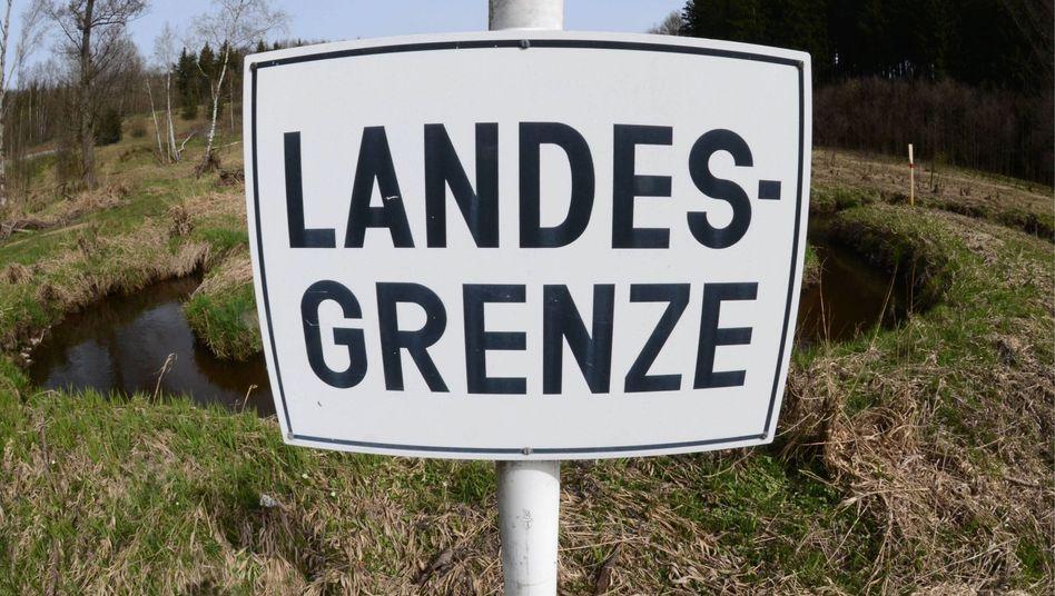 Schild an der Grenze zu Tschechien: Zahl der illegalen Einwanderer ist gestiegen