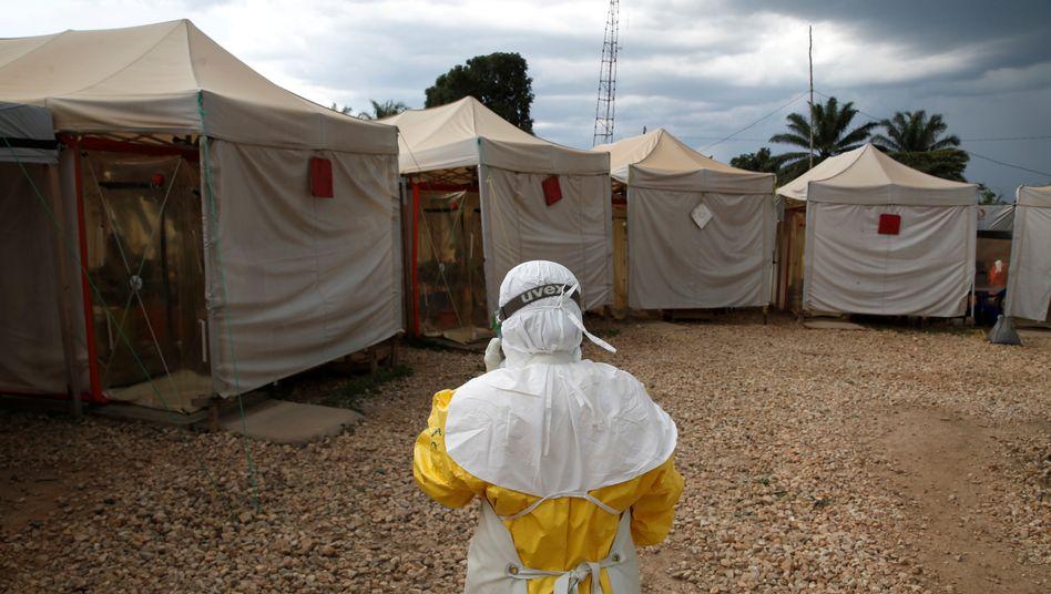 Helfer im Kongo mit Ebola-Schutzanzug (Archivbild): Mehr als 50 Frauen werfen Mitarbeitern von Hilfsorganisationen Missbrauch oder Ausbeutung vor