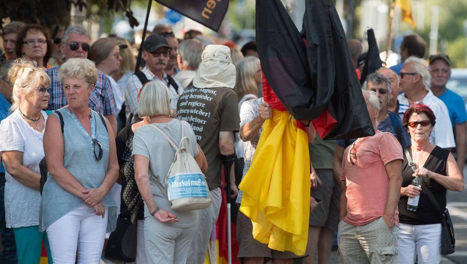 Teilnehmer der Pegida-Demonstration anlässlich des Besuchs von Bundeskanzlerin Angela Merkel am 16. August in Dresden