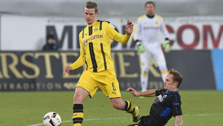Paderborns Sven Michel (rechts) foult Sven Bender im Testspiel