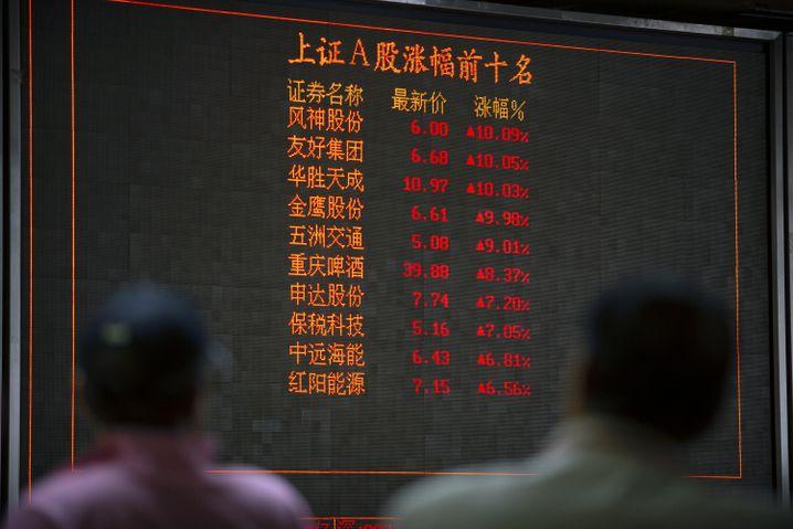 Anzeige an einem Brokerhaus in Peking: China droht mit Vergeltung