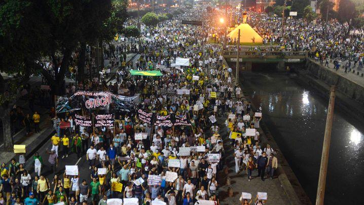 Hunderte Verletzte: Ausschreitungen beim Millionenprotest