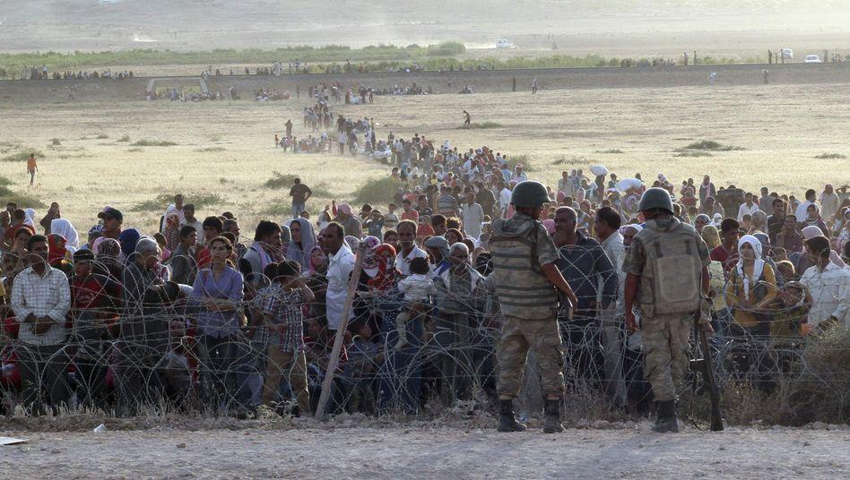 Türkische Soldaten bewachen die Grenze: Stacheldraht hält Flüchtlinge auf