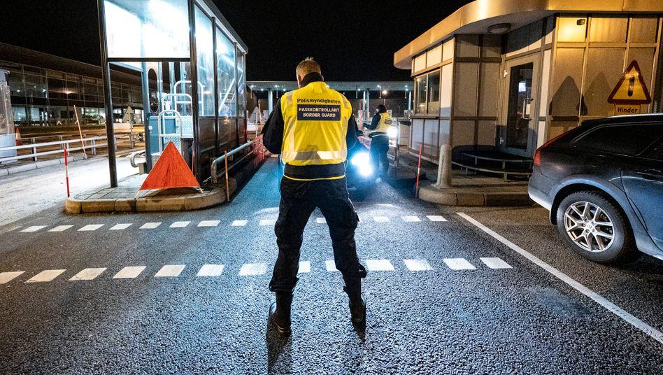 Ein Mitarbeiter der Grenzkontrolle an der Grenze zwischen Schweden und Dänemark
