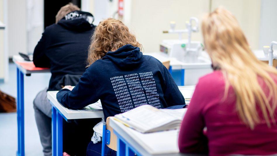 Sch??lerinnen und Sch??ler einer Abschlussklasse in Niedersachsen