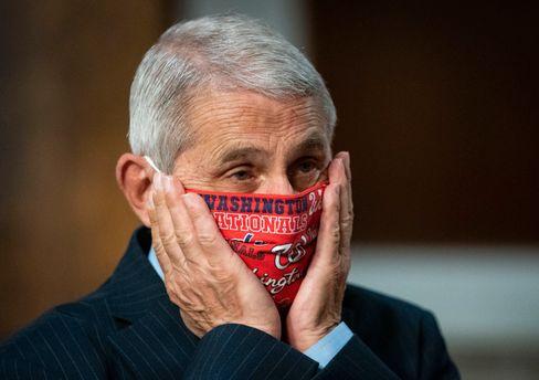 Anthony Fauci trägt gerne eine Maske mit dem Emblem des Baseball-Teams Washington Nationals