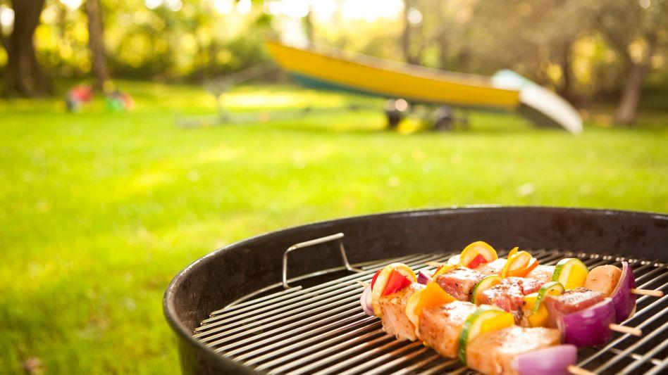 Grillen: Kohle ordentlich durchglühen lassen, bevor das Essen auf den Rost kommt