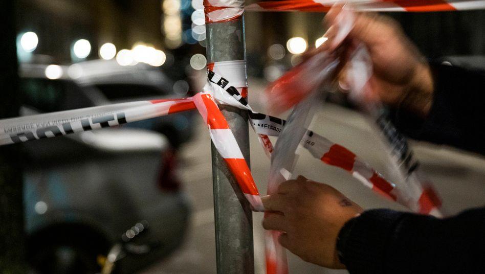 Polizisten sperren den Anschlagsort in der Wiener Innenstadt ab