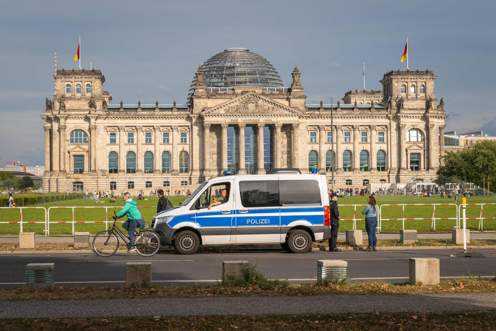 28.08.2020,Berlin,Deutschland,GER,Reichstagsgebäude,Sitz des Deutschen Bundestag.Absperrgitter. *** 28 08 2020,Berlin,G