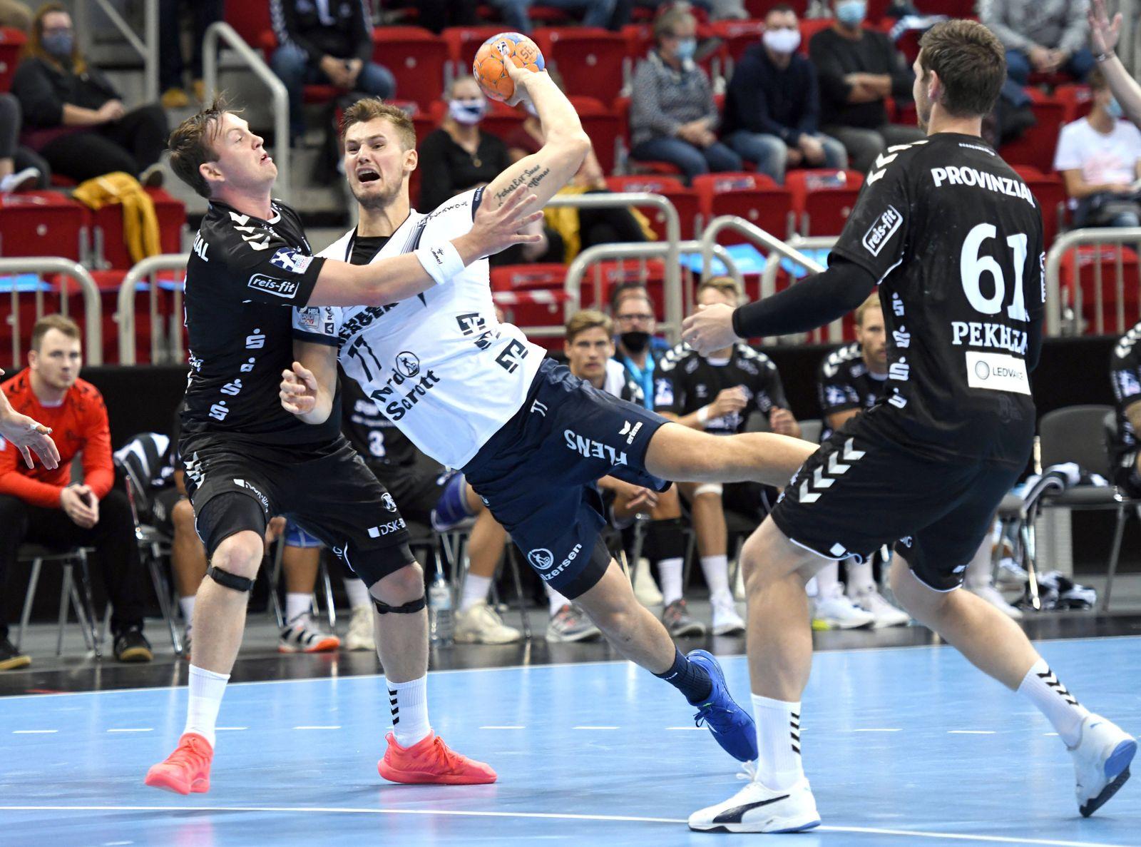 Handball Supercup: THW Kiel - SG Flensburg-Handewitt 26.09.2020 in Düsseldorf. Sander Sagosen (Kiel) versucht Magnus Rö