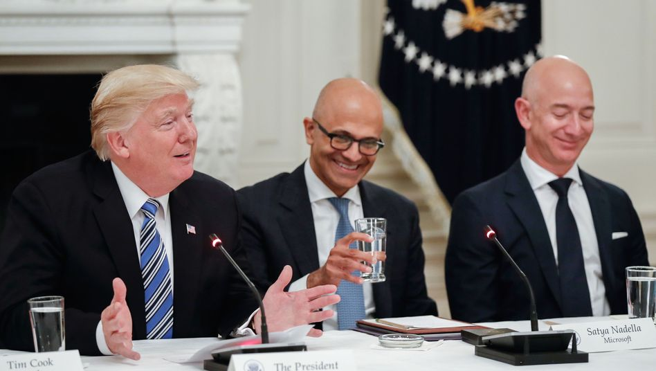Donald Trump mit den Chefs von Microsoft, Satya Nadella (links), und Amazon, Jeff Bezos