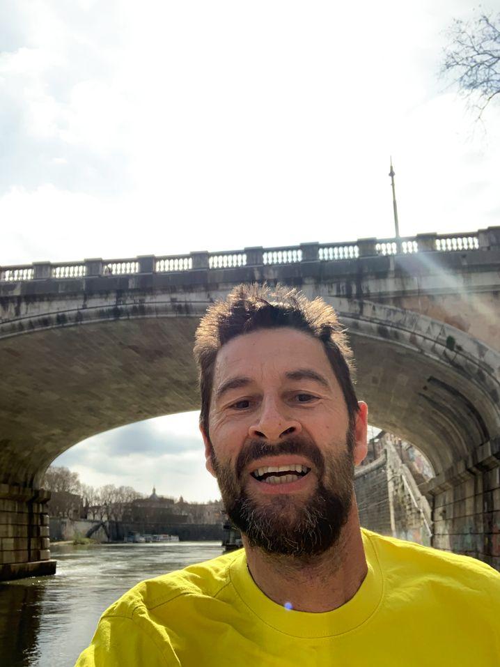 SPIEGEL-Korrespondent Hornig beim Joggen am Tiber-Ufer (als man es noch durfte)