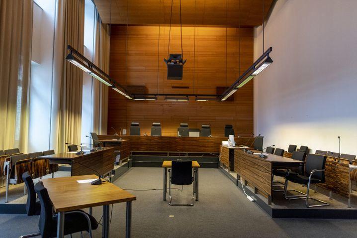 Umgebauter Gerichtssaal im Landgericht Freiburg: Elf Männer müssen sich hier verantworten