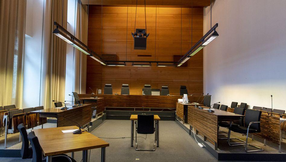 Elf Männer müssen sich vor dem Freiburger Landgericht verantworten: Die Anklagebank wurde für den Prozess umgebaut.