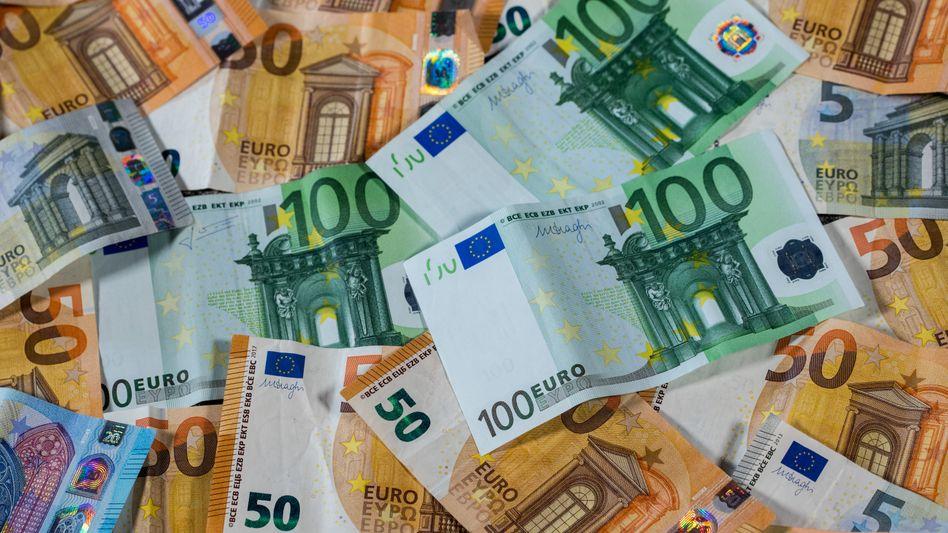 Haufenweise Euros: Das Alltagsleben wird spürbar teurer. Und viele Unternehmen wollen ihre Preise weiter erhöhen.
