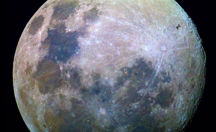 Transit der ISS: Da fliegt was über den Mond! (Mobil-Nutzer bitte Bild für Großansicht anklicken)