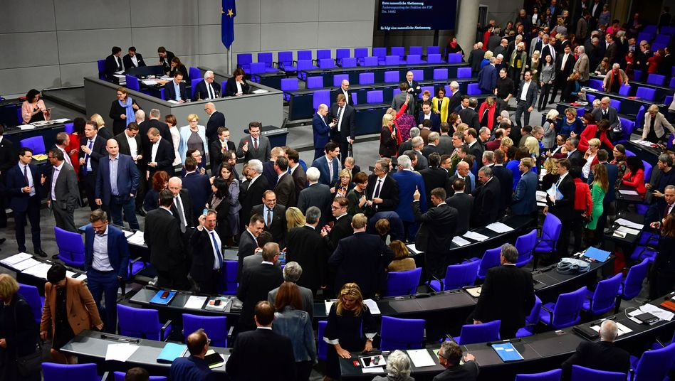 Abstimmung am frühen Abend des 7. November im Bundestag: Beim Abbruch der Sitzung in der Nacht war der Plenarsaal deutlich leerer