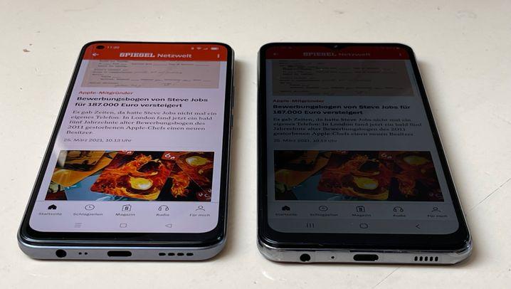 Dramatischer Unterschied: Aus schrägen Betrachtungswinkeln ist das Display des Galaxy A32 5G (r.) nicht mehr lesbar