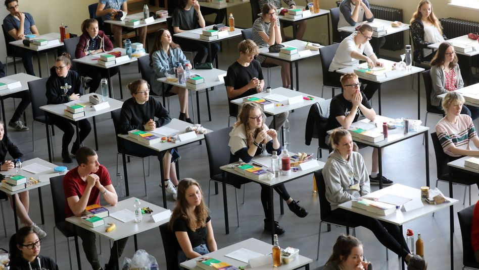 Abiturienten eines Gymnasiums in Rostock (Archivbild)