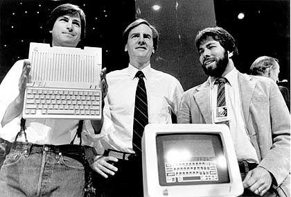 Steve Jobs (links) und Steve Wozniak (rechts) präsentierten 1984 mit John Sculley den Apple IIc: Da war ihr Erfolg längst Legende