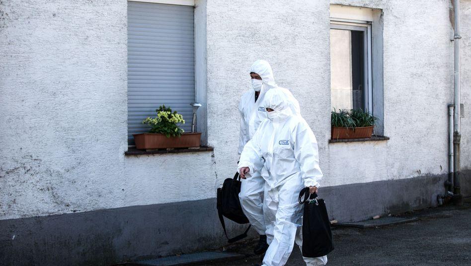 Tatortermittler sichern Spuren am Haus in Höxter