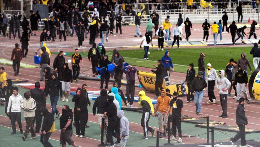 AEK Athen: Platzsturm, Tränengas, Spielabbruch