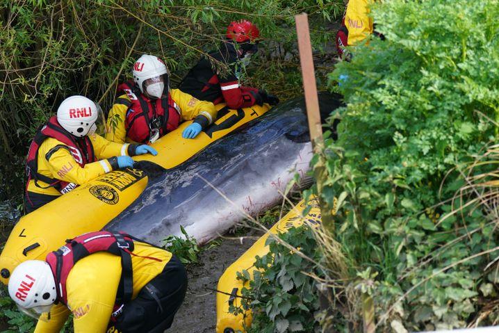 Rettungsteam in der Nähe der Schleuse Teddington Lock