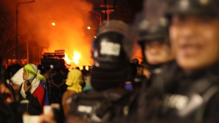 Gewalt an der Grenze: Lastwagen brennen, Polizisten desertieren