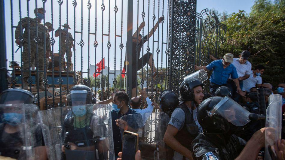 Soldaten vor dem Parlament in Tunis: Die Arbeit der Abgeordneten wurde für zunächst 30 Tage eingefroren