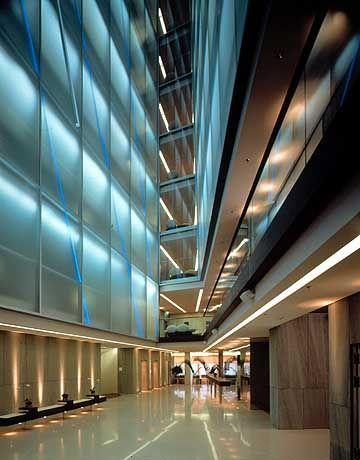 Lichtspiele in der Lobby: Das 24 Meter hohe Atrium mit der Lichtinstallation von Robert Wilson bildet den Mittelpunkt des Hotels Side